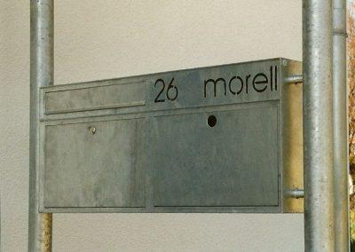 Briefkastenanlage mit Zeitungskasten an Wohnhaus in Türkenfeld