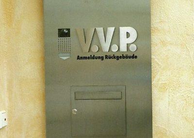 Briefkastenanlage an Firmengebäude in Gauting