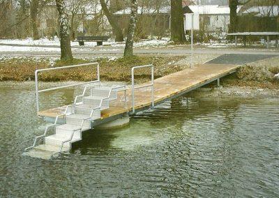 Steg mit Einstieghilfe für Behinderte am Olchinge See