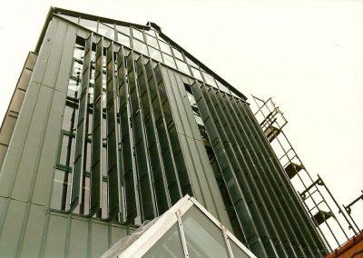 Drehbare Fassadenlamellen an der Stadtbücherei Aumühle in Fürstenfeldbruck